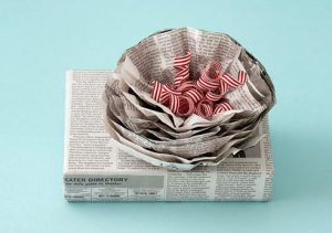 Cara-membungkus-kado-sederhana dari koran