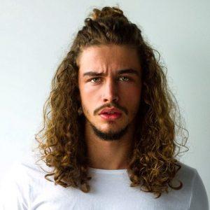 model rambut panjang pria keriting