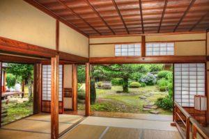 Desain rumah khas Jepang dengan tanaman hijau